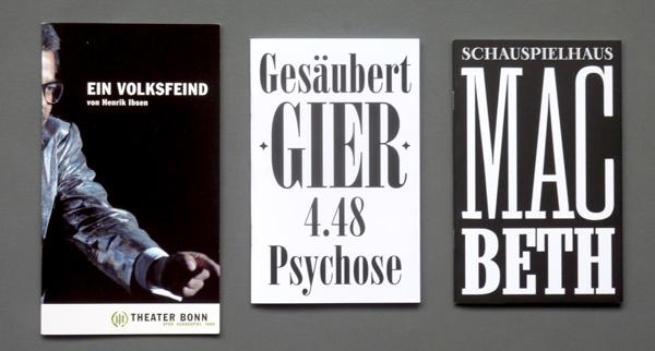 Von links nach rechts: Theater Bonn Programm-Leporello, Münchner Kammerspiele geheftete Broschüren. Foto: Gudrun Pawelke