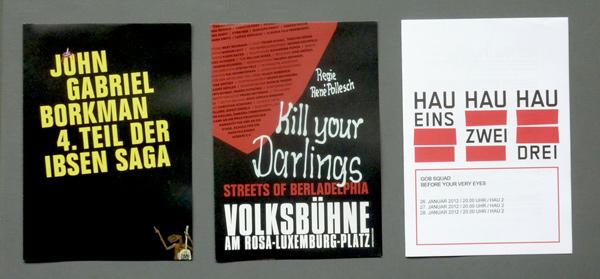 Von links nach rechts: Volksbühnen-Programm-Faltblatt, HAU Programmzettel. Foto: Gudrun Pawelke